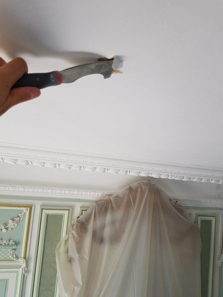 grattage, peindre un plafond écaillé